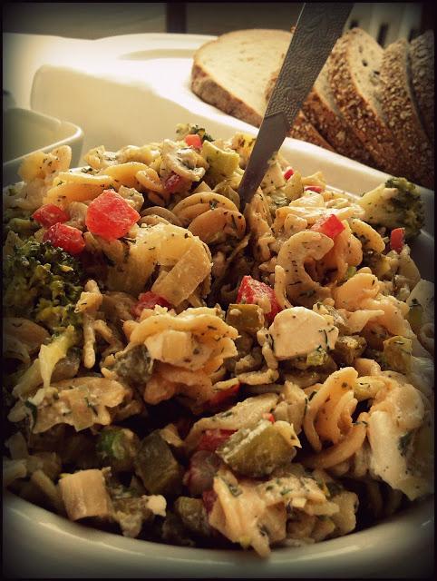 Sałatka makaronowa z warzywami, serem feta i parówkami sojowymi! Coś dla jaroszy :)