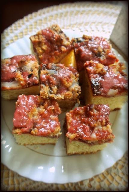 Ciasto drożdżowe z dżemem i sosem truskawkowym.