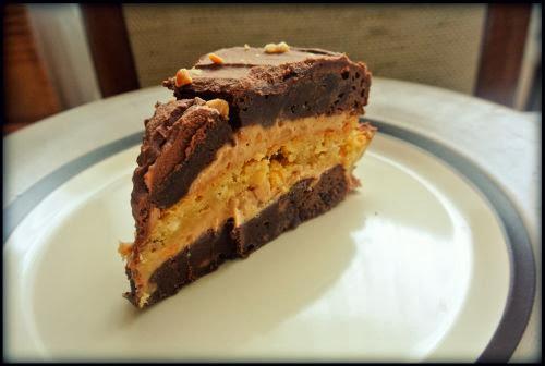 Tort brownie & blondie z orzeszkami, kremem karmelowym i czekoladowym.