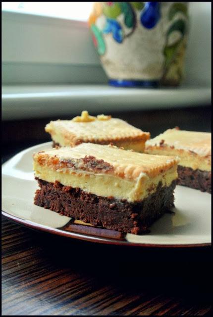 Brownie z kremem budyniowym i polewą cytrynową.