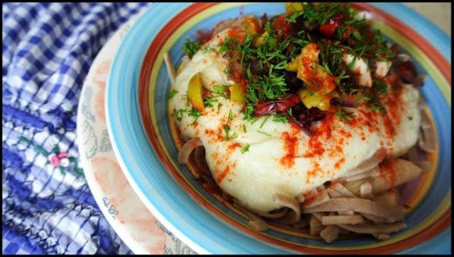 Makaron z sosem kalafiorowym i wędzonym serem.